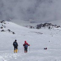 Спуск с восточной вершины Эльбруса. Высота около 5300 м.Впереди скалы Ленца. :: Vladimir 070549