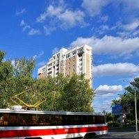 Трамвай и плоский дом в Самаре) :: Денис Кораблёв