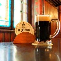 """Тёмное пиво """"Flekovský ležák 13%"""" в ресторане """"У Флеку"""" в Праге :: Денис Кораблёв"""