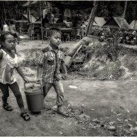 Ч/Б вариант...Будни Камбоджи...дети помогают взрослым зарабатывать... :: Александр Вивчарик