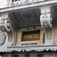 Идеал красоты над входом в магазин косметики :: Лина Пушок