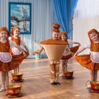 Танец чайника и чашечек. :: Геннадий