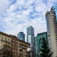 Кадр 3. А по-соседству снег вручную убирают с крыш :: Татьяна Копосова
