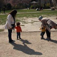 Дети и мамы на улицах Парижа. Это рядом с башней. :: Елена Мартынова