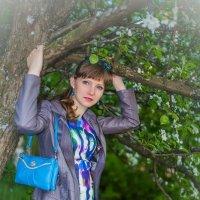 Девушка у дерева :: Евгений Кузьминов