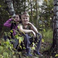 Две девочки в лесу :: Евгений Мергалиев