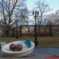памятник Владимирской вишне,последнее приобретение города :: Сергей Цветков