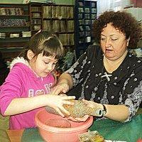 Внучка и бабушка вместе творят. :: Ольга Кривых