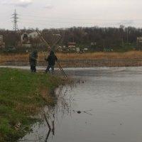 Река и рыбаки :: Виталий Бережной