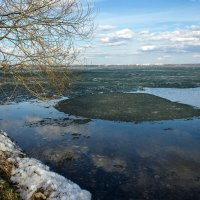 Тает на озёрах лёд, Сходит в перелесках снег... :: Надежда