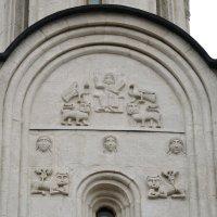 Фрагмент белокаменной резьбы на стенах храма Покрова на Нерли в Боголюбово :: Николай Варламов