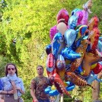 Продавец воздушных шаров. :: Елена