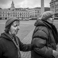 Люди Тбилиси. Через площадь. :: Алексей Окунеев