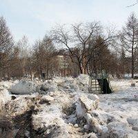 В сквере снег ещё не сошёл. :: Олег Афанасьевич Сергеев