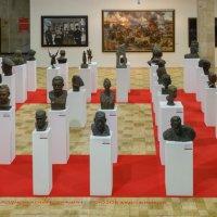 Скульптурные портреты - на выставке Победа в ЦДХ :: Николай Ефремов