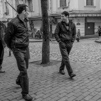 Люди Тбилиси. Трое. И еще три. И нога. :: Алексей Окунеев