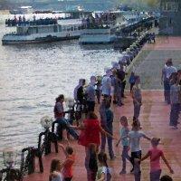 Танцы на набережной, отражение :: Татьяна [Sumtime]