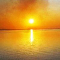 закат на Каме в дыму костров. :: petyxov петухов