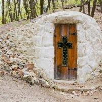 Монашеская келья в Октябрьском ущелье :: Артём Рябов