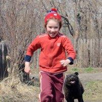 Девочка играет с собакой :: Anatolyi Usynin