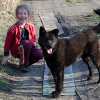 Девочка и сторожевая садовая собака Лесси :: Anatolyi Usynin