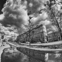 Улица опрокинулась, течёт по-своему... :: Ирина Данилова