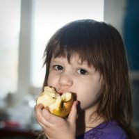 Девочка с яблоком :: Андрей Верясов