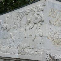 Саркофаги на аллее украшены барельефами и высеченными на торцах изречениями И. В. Сталина :: Елена Павлова (Смолова)