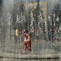 Танцы с фонтаном... :: Марина Белоусова