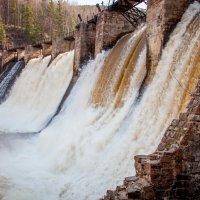 Одна из старейших ГЭС России.Поселок Пороги. :: Наталья Лютик