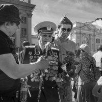 Победе - 70. Цветы ветерану. :: Алексей Окунеев