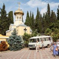 На территории храма :: Павел Белоус