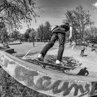 Летит к вершинам завтрашнего дня на скейтах, роликах совсем  другое племя :: Ирина Данилова
