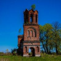 В лучах солнца забытая временем церковь Николая Чудотворца в урочище Лихачёво Волоколамского района :: Артём Тараненко