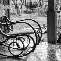 Кресло-качалка, скрипящее мерно и тихо.....после весенней майской грозы :: Ksenia Sun