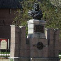 памятник у стен монастыря :: Сергей Цветков