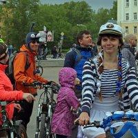 Северодвинск. Велопарад. Членистоголовый пришелец и наша морячка :: Владимир Шибинский