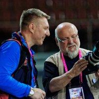 Barny  demonstriert Oleg die neue Kamera :: Павел Сущёнок