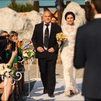 Свадьба делает мужчину счастливым только в одном случае — если это свадьба его дочери :) :: Алексей Латыш