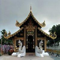 Храм в Чианг Мае :: Евгений Печенин
