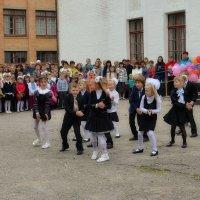 Танец первоклашек для выпусников :: Валентина Данилова
