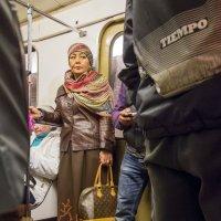 Люди в метро. Подозрительноть. :: Алексей Окунеев