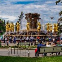 Прогулка по ВДНХ. Знаменитый фонтан :: Андрей Воробьев