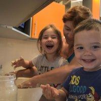 внуки помогают бабуле стряпать пирожки :: Сергей Говорков