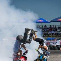 stunt bikers entertain the audience :: Сергей