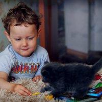Ребенок и котенок :: Ирина Трифонова