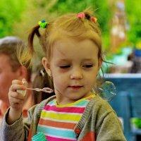 Девочка и мыльный пузырь :: Рахмат Рушанов