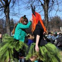 девочки танцуют на ходулях :: Олег Лукьянов