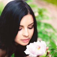 Девушка и цветок :: Iryna Ivanova