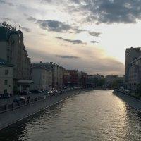 Город затихает и неспешная вода в реке серебрится... :: Николай Дони